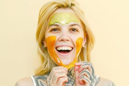 Домашняя маска для лица от первых признаков старения: топ-3 рецепта полезного средства
