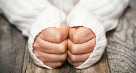 «Это тоже симптом»: доктор объяснил, почему нельзя игнорировать холод в конечностях