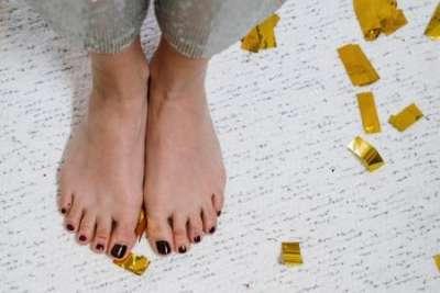 Готовим ножки к лету: 6 этапов качественного педикюра в домашних условиях