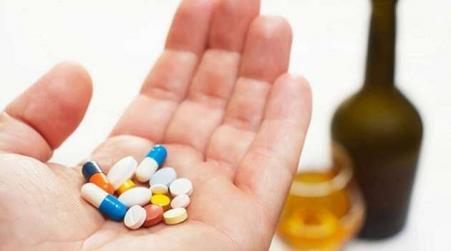 Специалисты пояснили, почему недопустимо смешивать антибиотики с алкоголем