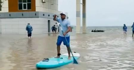 «Самое страшное всплыло!»: дома на российских курортах затопило содержимым канализации